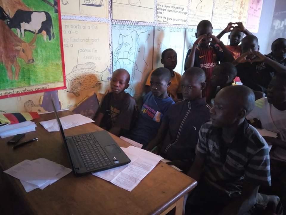 uczniowie z Ugandy
